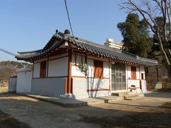2011년 보수공사를 마친 구 사제관. 바로 오른쪽에 상홍리 공소 성당이 있다.