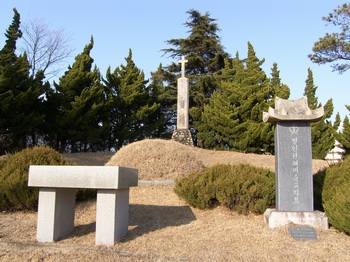 상홍리 공소 뒷산 백씨 문중 묘역에 조성된 병인년 순교자 묘소. 1935년 해미 생매장 순교자들을 모셨다가 1995년 해미 성지로 이장하였다.