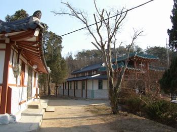 2007년 근대문화유산 등록문화재 제338호로 지정된 상홍리 공소 성당. 왼쪽 건물은 구 사제관.