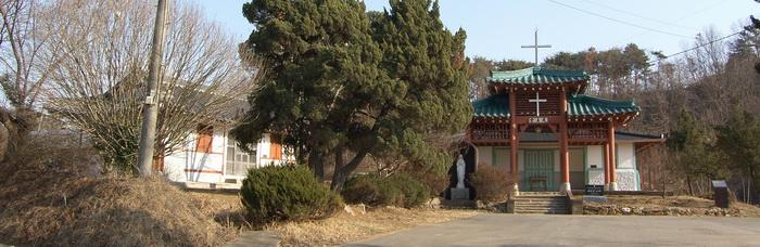 2011년 보수공사를 마친 상홍리 공소 전경. 왼쪽이 구 사제관, 오른쪽이 공소 성당 건물이다.