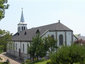 바로 동산에서 본 성당 뒤편 모습. 성당 건물은 2007년 등록문화재 제321호로 지정되었다.
