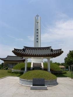 무명 생매장 순교자들의 묘와 해미 순교탑.