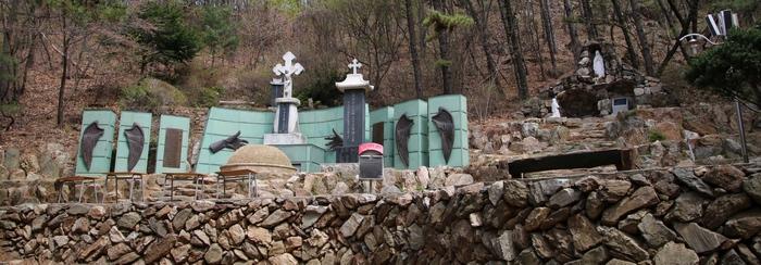 최경환 프란치스코 성인 묘역 전경. 묘역 오른쪽에 성모상과 성모동굴이 조성되어 있다.