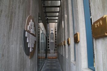 순교기념 경당 입구. 옆 벽면에 제물진두 순교자 명패와 후원자 명단, 정면에 성모상이 설치되어 있다.