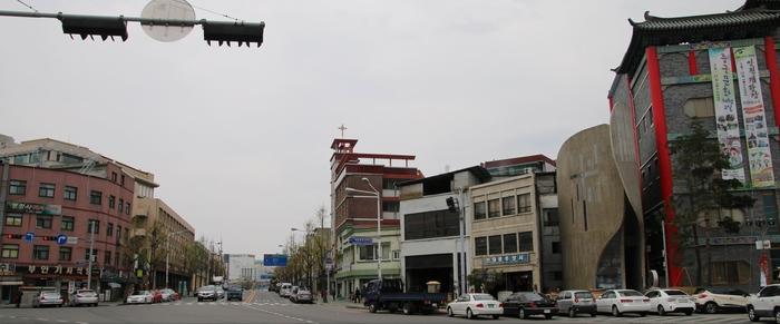 제물진두 순교기념 경당 전경. 경당 오른쪽에 한중문화관이 자리하고 있다.