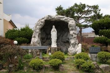 성당 입구의 성모상. 앞에 놓인 돌제대에는 1913년 9월 2일 민 주교 축성이라는 글씨가 새겨져 있다.