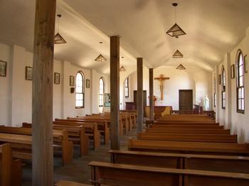 옛 금사리 성당 내부. 중앙에 기둥을 세워 전례공간을 둘로 나눈 이랑식이 특징이다.