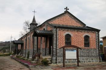 충청남도 기념물 제143호로 지정된 옛 금사리 성당 뒤편을 마당에서 본 모습.