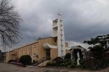 1968년 옛 성당 옆에 새로 건립한 콘크리트 믈록조 성당 외부.