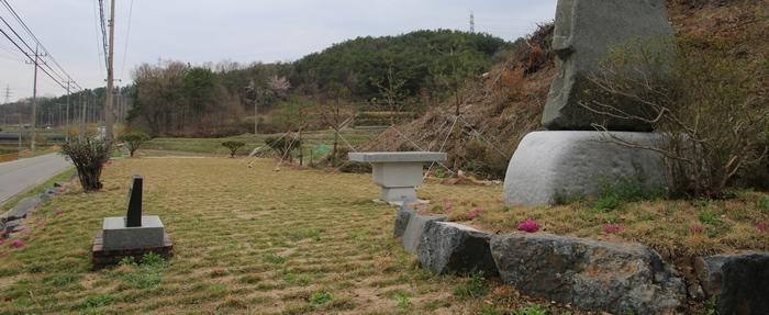 지석리 성지 전경. 야외제대 앞에 미사를 봉헌할 수 있는 잔디밭과 주차장, 성지 표지석이 마련되어 있다.