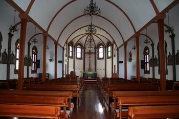 전형적인 삼랑식 구조로 건립된 성당 내부.