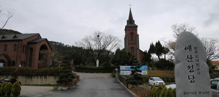 성당 입구. 성당 왼쪽으로 성모상, 교육관이 자리하고 있다.