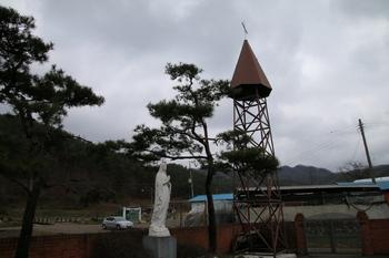 요골 공소 마당의 성모상과 종탑.