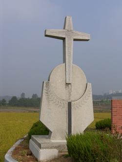 야외제대 왼쪽의 십자가.