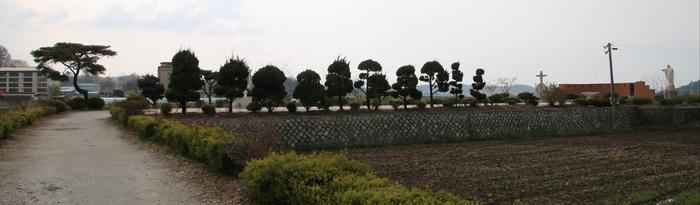 여산 숲정이 성지 전경. 광장을 중심으로 왼쪽에 피에타상, 오른쪽에 야외제대가 마련되어 있다.
