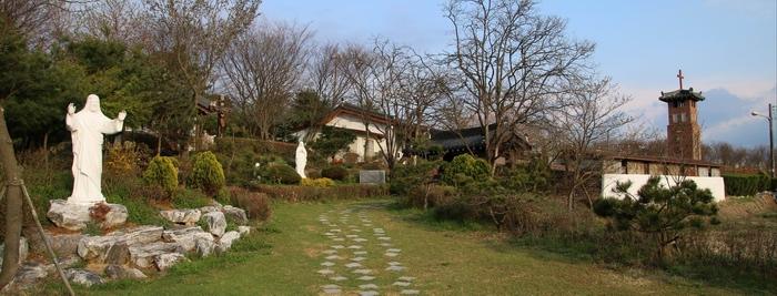 초남이 성지 교리당터 입구.