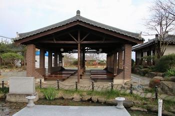 유항검 생가터 파가저택지의 야외제대와 야외강당.