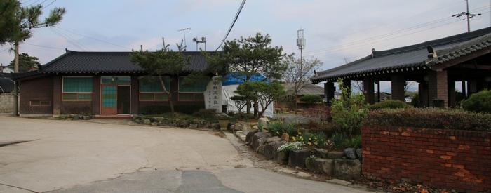 초남이 성지 유항검 생가터의 경당과 야외강당.