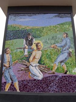 서천교 밑에 살던 거지들을 시켜 목을 졸라 죽이는 잔혹한 방법으로 순교한 조윤호 성인의 모습을 그린 모자이크화.
