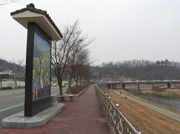 조윤호 성인의 순교를 기념해 2006년 서천교 인근 전주천변에 세운 모자이크 벽화.