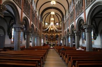 명동 대성당과 같이 공중 회랑과 많은 창을 통해 자연 채광을 살린 성당 내부.