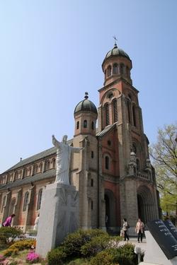 예수성심상 뒤로 보이는 중앙 종탑과 좌우의 돔은 전동 성당의 아름다움을 드러내는 대표적 상징물이다.