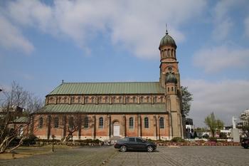 착공에서 봉헌까지 23년이 걸린 전동 성당은 비잔틴 풍의 돔을 올린 로마네스크 양식을 하고 있다. 1981년 사적 제288호로 지정되었다.