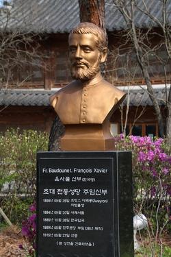 1908년 전동 성당 공사를 시작한 초대 주임인 보두네 신부 흉상.
