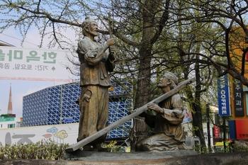 전동 성당 앞마당 한편에 있는 한국 최초의 순교자 윤지충 바오로와 권상연 야고보 복자상.
