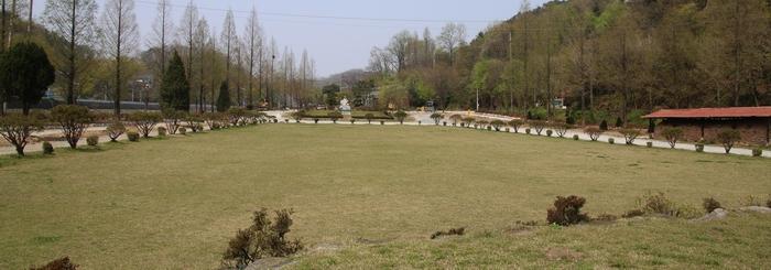 전주천 옆으로 조성된 루갈다 광장 전경. 오른쪽에 옹기가마 경당이 보인다.