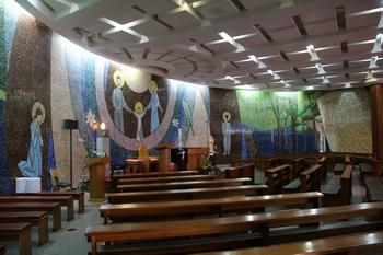 치명자산 위에 건립된 산상 기념성당 내부. 세 벽면을 모두 모자이크 벽화로 장식하였다.