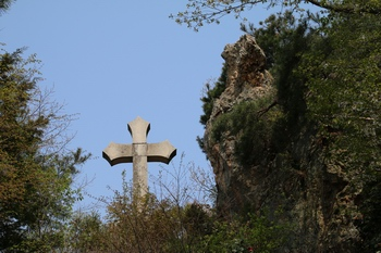 치명자산 정상의 순교자 합장묘 위에 세운 십자가와 천연기암.