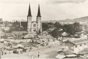 뮈텔 주교가 1903년 축성한 2개의 종탑을 갖춘 라틴 십자형의 고딕 성당. 내부 수리와 증축을 거쳐 오늘에 이르고 있다.