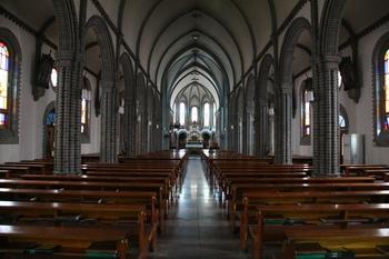 라틴 십자형 평면의 성당 내부.