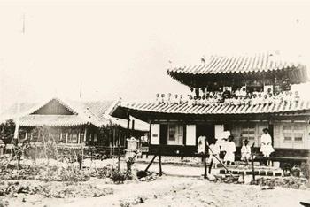 1899년 축성식을 거행한 전통 한식 목조에 팔각 기와지붕을 이은 그리스식 십자형의 성당. 1901년 지진에 이은 화재로 전소되었다.
