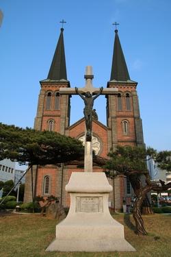 성당 정문 앞에 건립된 대구교구 설정 25주년, 드망즈 주교 부임 25주년 기념 십자가.