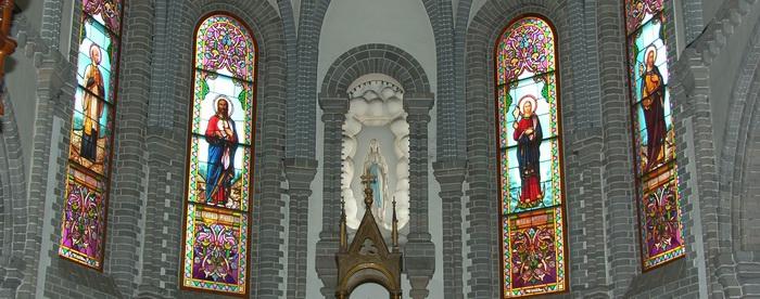 제대 뒤 유리화. 루르드의 성모상을 중심으로 왼쪽부터 성 프란치스코 하비에르, 예수 그리스도, 성모 마리아, 성 요셉이 유리화로 장식되어 있다.