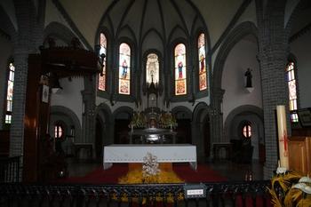 성당 제대. 제대 뒤편의 다섯 개의 아치형 창문과 유리화는 1902년 두 번째 성당을 건축할 때 프랑스에서 제작해 설치한 것이다.