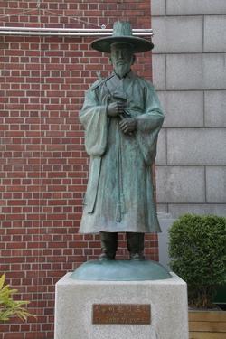 관덕정 순교기념관 정문 앞에 대구대교구 제2 주보성인인 이윤일 요한 성인상이 서 있다. 성인의 유해는 경당에 모셔져 있다.