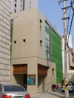 순교기념관 바로 옆에 신축하여 2007년 축복식을 가진 신관 건물. 회의실과 강당 등을 갖추고 순교신앙 학습의 장으로 사용하고 있다.