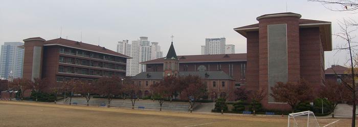 대구가톨릭대학교 유스티노 캠퍼스(신학대학) 전경. 성 유스티노 신학교를 중심으로 왼쪽에 본부동, 오른쪽에 학부동, 그 뒤에 연구동이 있고, 옛 신학교 뒤에 성당동이 자리하고 있다.