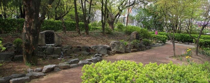 성모당 둘레에 십자가의 길 14처가 조성되어 있다.