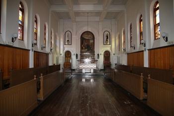 성 유스티노 신학교 내부. 1915년 드망즈 주교가 축성한 성당 모습이 그대로 남아 세월의 향기를 느끼게 한다.