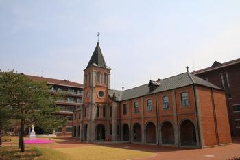 1914년 개교 이래 67명의 사제를 배출하고 1945년 폐교된 성 유스티노 신학교. 현재는 가운데 성당과 좌우의 교사 일부만이 남아 있다.