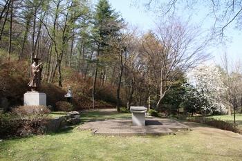 성 김대건 신부 생가터에는 성인 동상과 야외제대, 기념비가 세워져 있다.