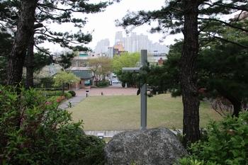순교복자 묘역 뒤에서 본 성당 입구. 순교복자 묘역 앞에 넓은 잔디광장이 조성되어 있다.