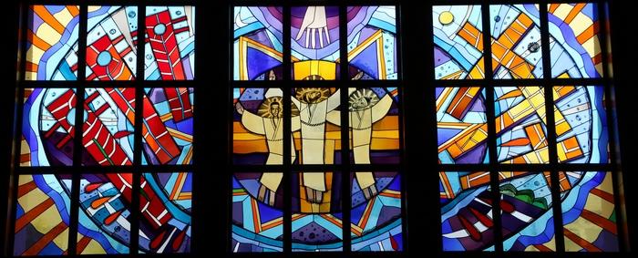 성당 출입구 위에는 울산병영에서 순교한 세 복자의 영광을 표현한 대형 유리화가 자리하고 있다.