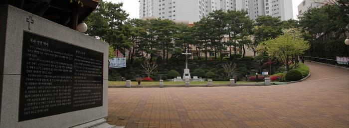 복자 성당 마당 중앙에는 병인박해 때 울상병영에서 순교한 허인백, 김종륜, 이양등 3위 순교복자의 유해가 모셔져 있고, 그 둘레에 십자가의 길이 조성되어 있다.