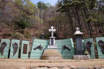 수리산 성지의 성 최경환 프란치스코 묘역.