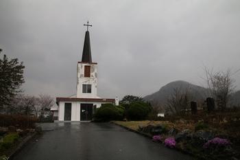 진산 성지성당 입구. 정면으로 보이는 성당이 옛 지방리 공소 건물이다.